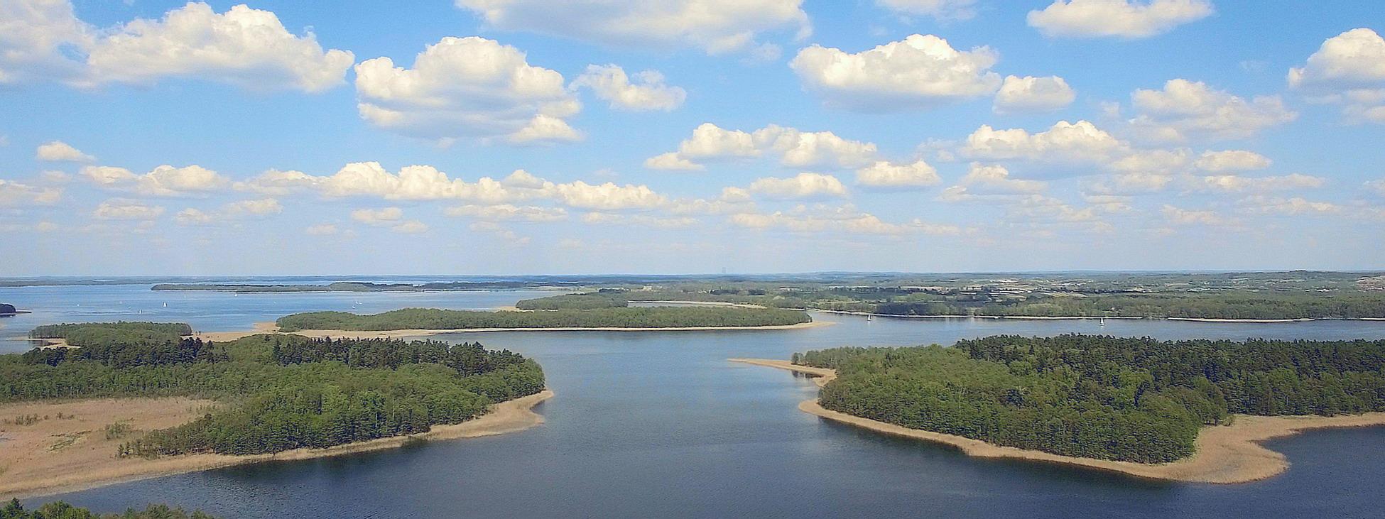 Panoramabild Masurische Seenplatte, Hausboot und Segelboot Urlaub in Masuren, Polen